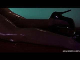 JANE & TIFFANY IN OILY STRAPLESS DILDO ACTION
